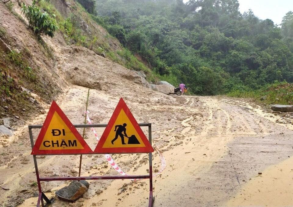 Một điểm sạt lở trên tuyến ĐT606 qua huyện Tây Giang. Ảnh: CT