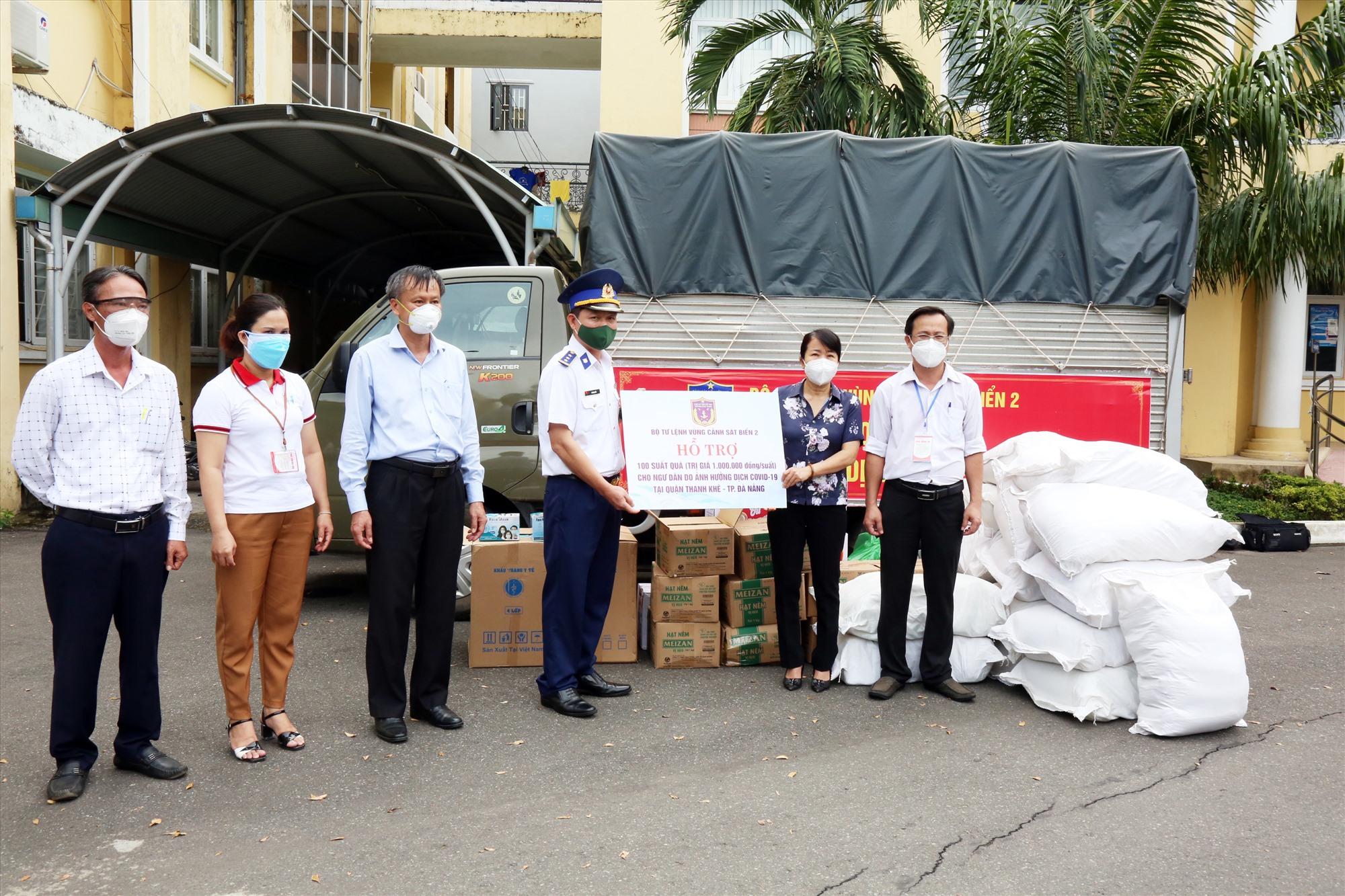 Bộ Tư lệnh Vùng Cảnh sát biển 2 trao quà hỗ trợ ngư dân Đà Nẵng. Ảnh: N.T