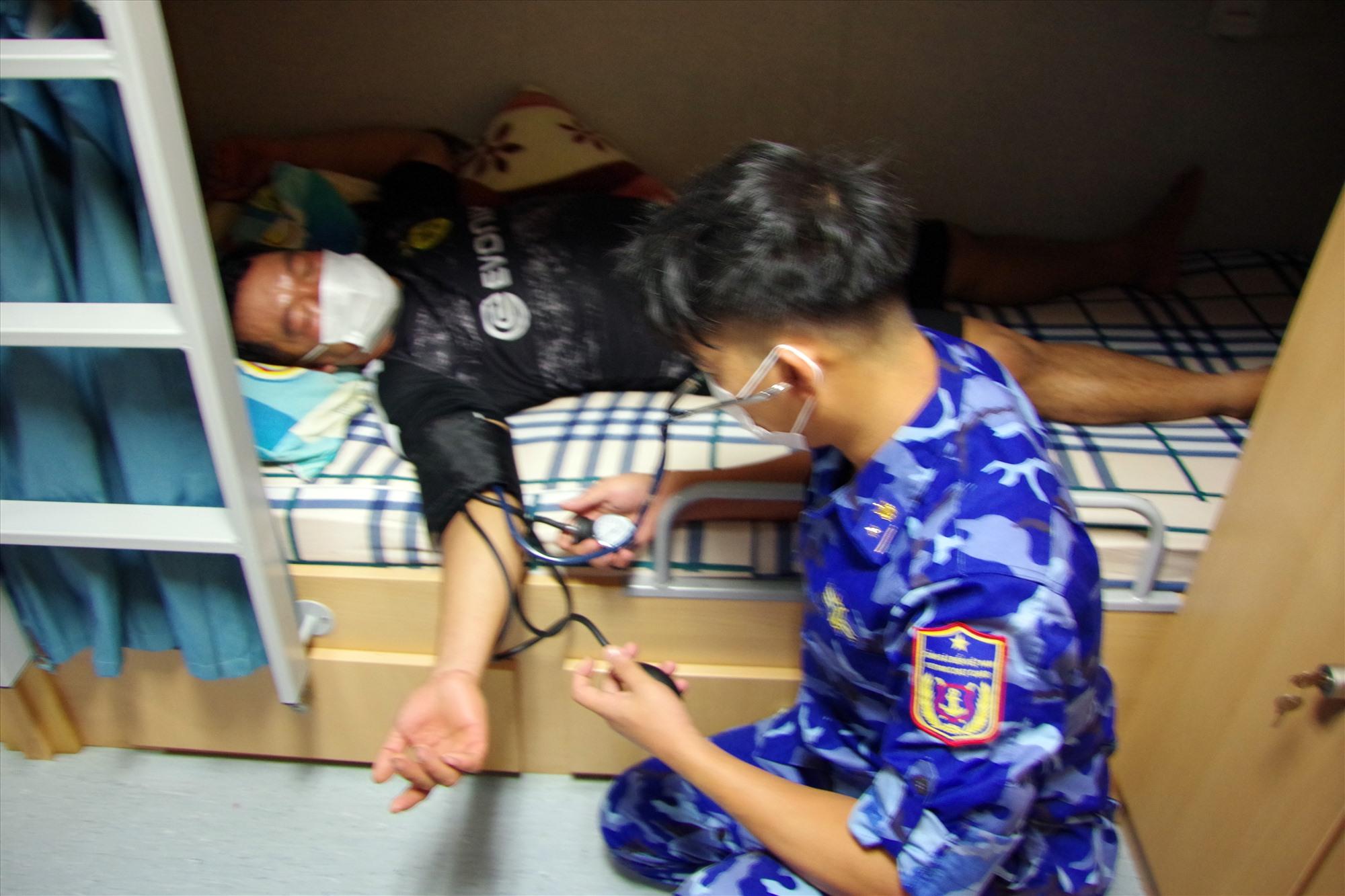 Ngư dân được chăm sóc sức khỏe sau khi lên tàu CSB 8002. Ảnh: N.T