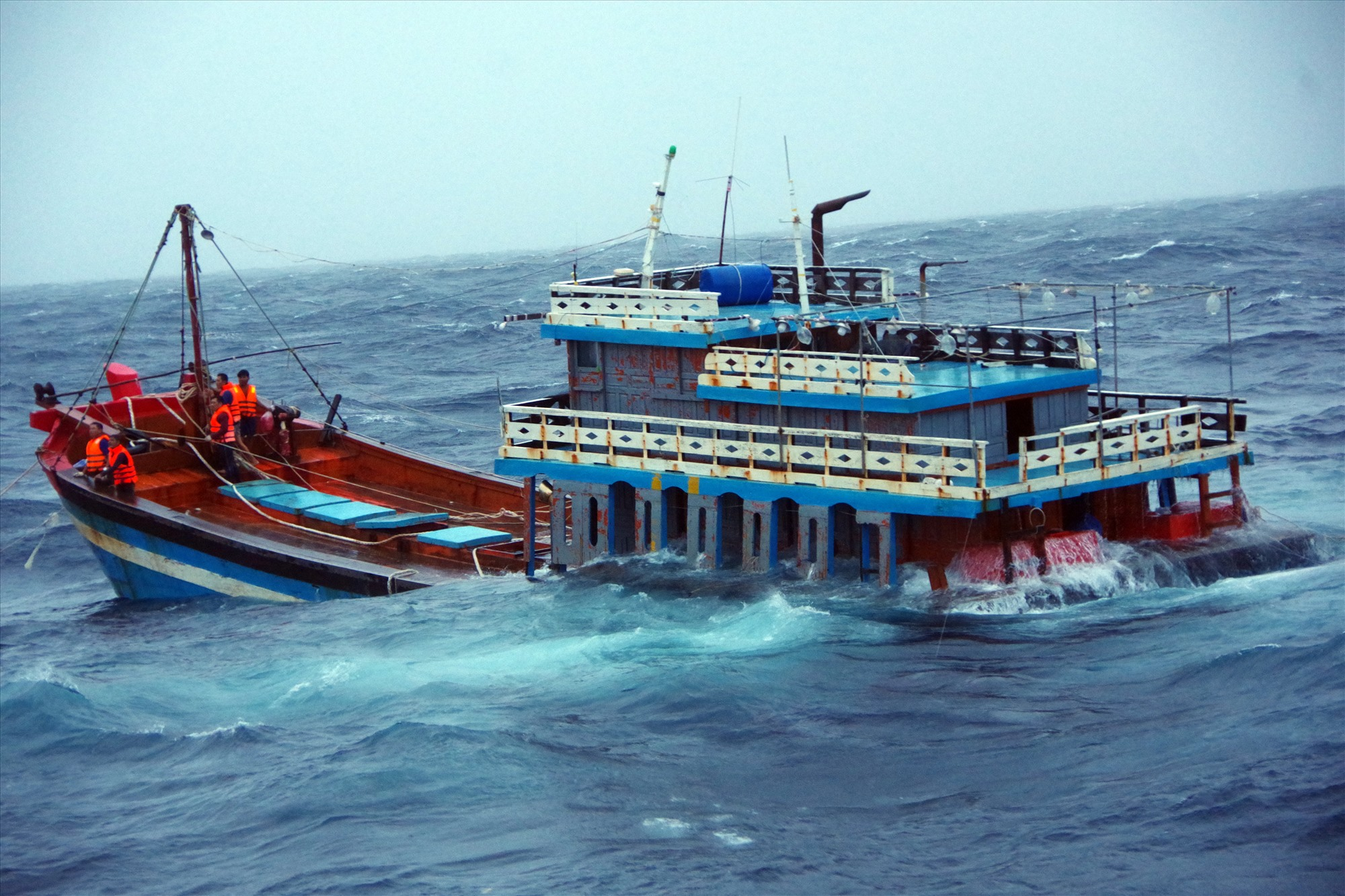 Tàu cá QNg-95058 TS của ngư dân Quảng Ngãi được ứng cứu kịp thời trong bão số 5. Ảnh: N.T