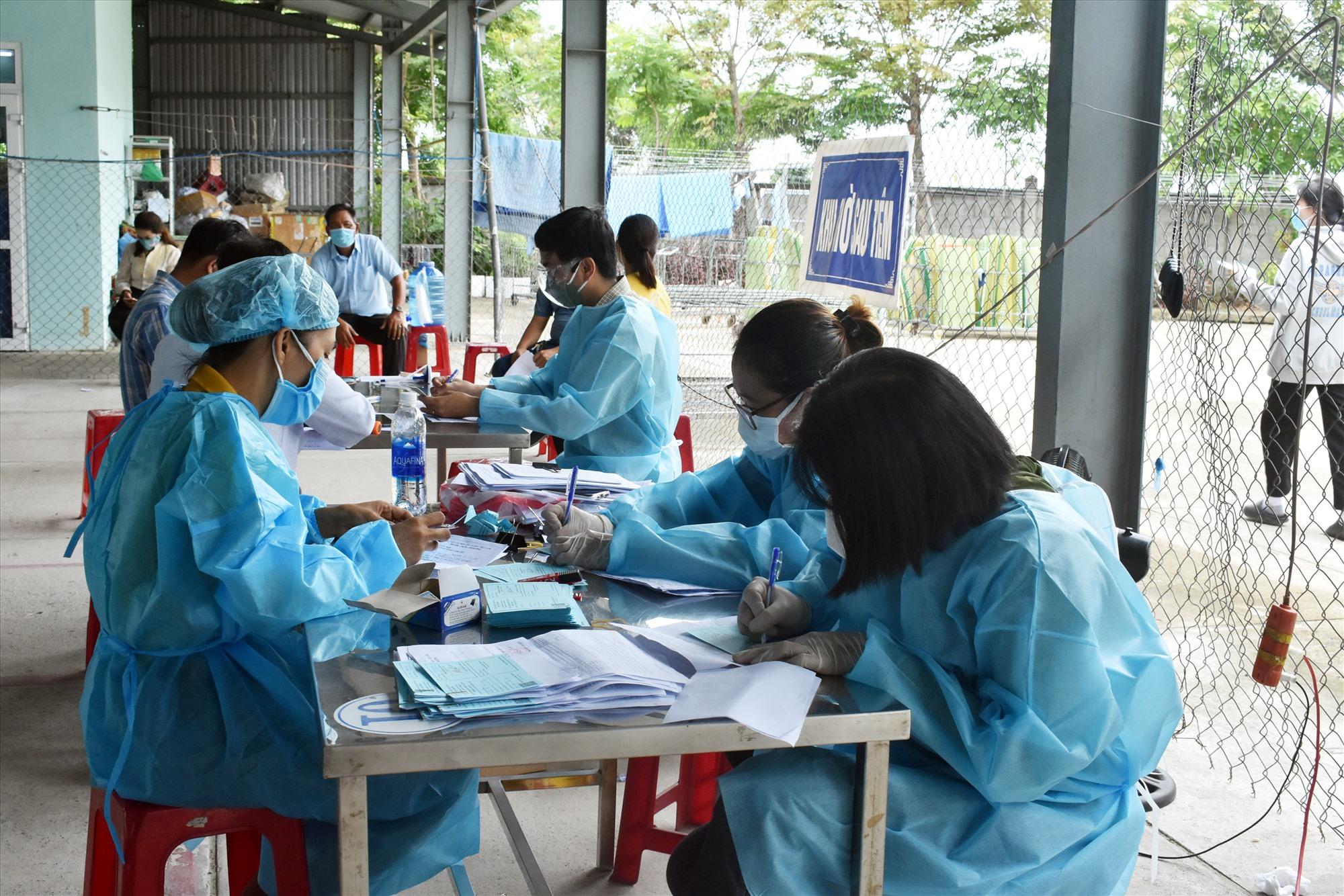 Việc tầm soát xét nghiệm và tổ chức giãn cách tại nơi làm việc sẽ giúp hạn chế dịch bệnh lây lan trong khu công nghiệp. Ảnh: V.LỘC