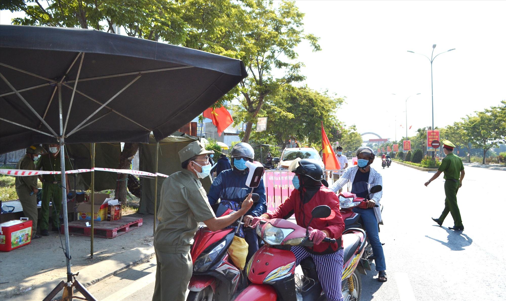 Đại Lộc tiếp tục duy trì chốt chặn kiểm soát trên tuyến ĐT609, giáp ranh với thị xã Điện Bàn. Ảnh: CT