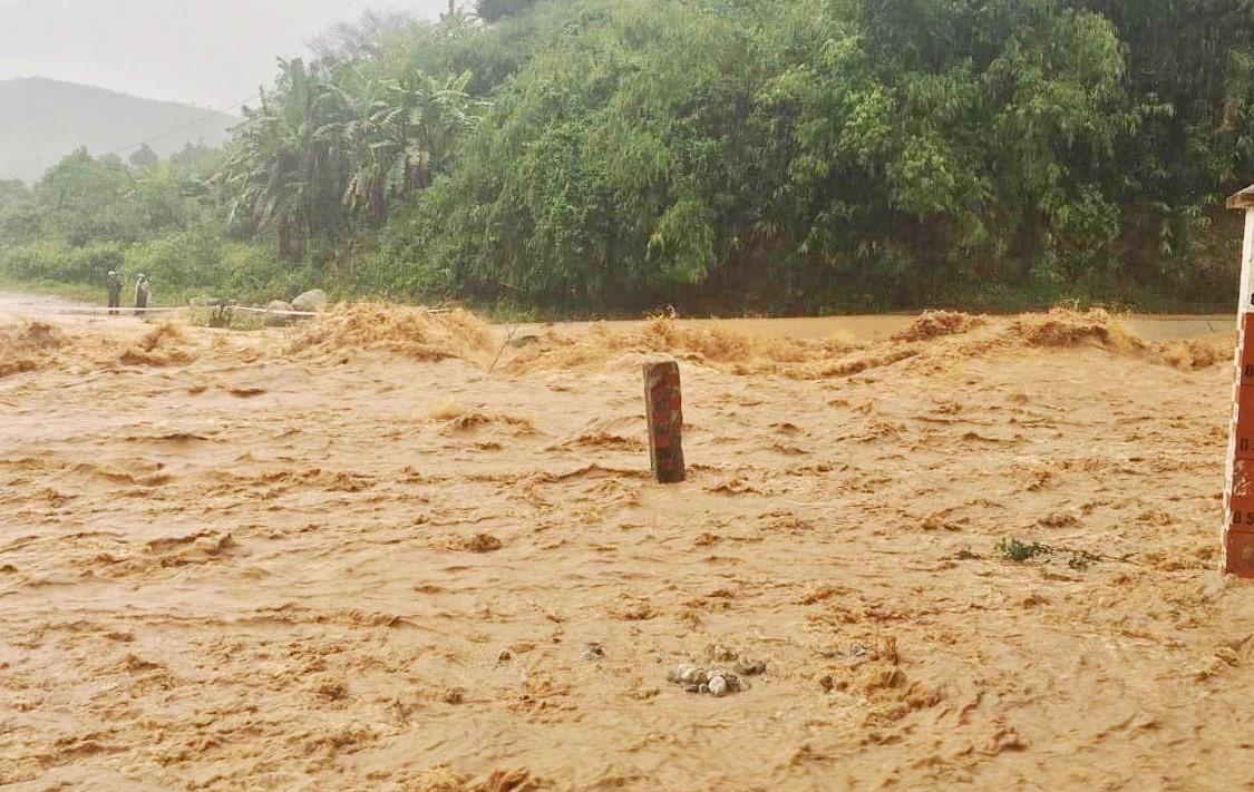 Bão số 5 gây mưa lớn, ảnh hưởng đến sản xuất nông nghiệp và đời sống người dân ở vùng thấp trũng, sạt lở một số tuyến giao thông.