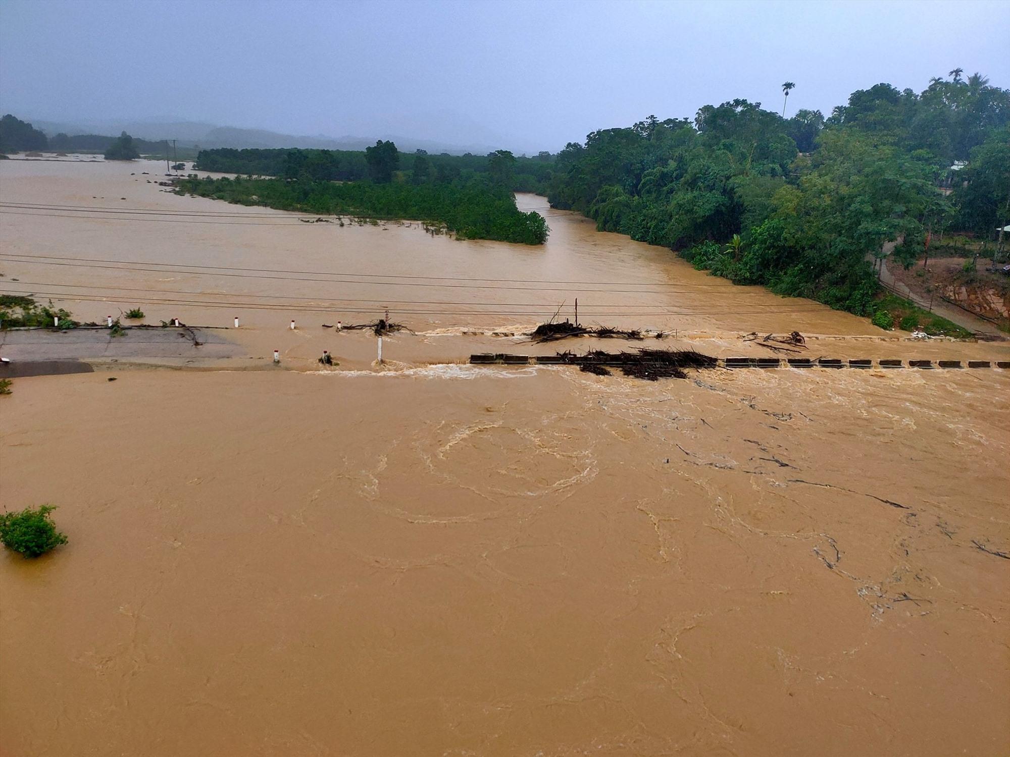 Sáng nay 13.9, tại một số cầu tràn, nước lũ đã rút dần. Ảnh: CTV
