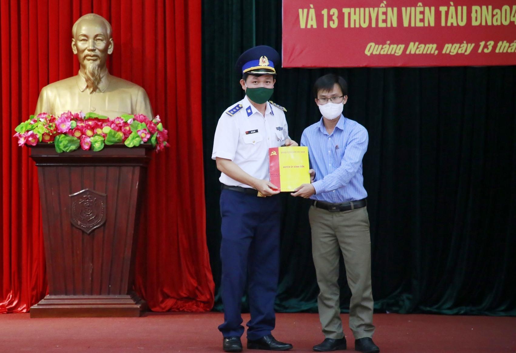 Đại diện UBND huyện Bình Sơn tặng quà cho Bộ tư lệnh Vùng Cảnh sát biển 2. Ảnh: T.C