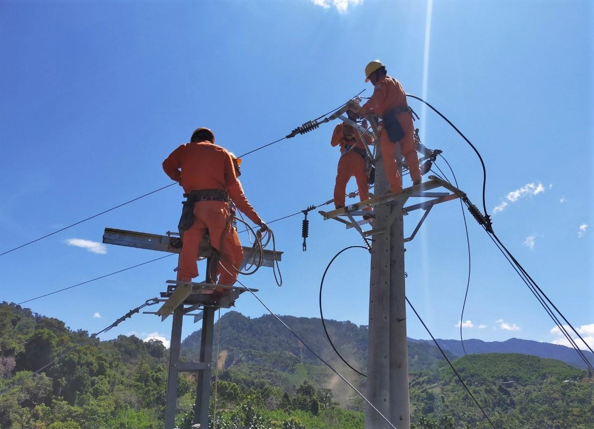 Công việc khắc phục được triển khai nhanh gọn nhưng cũng đảm bảo an toàn cho công nhân ngành điện. Ảnh: Đ.N