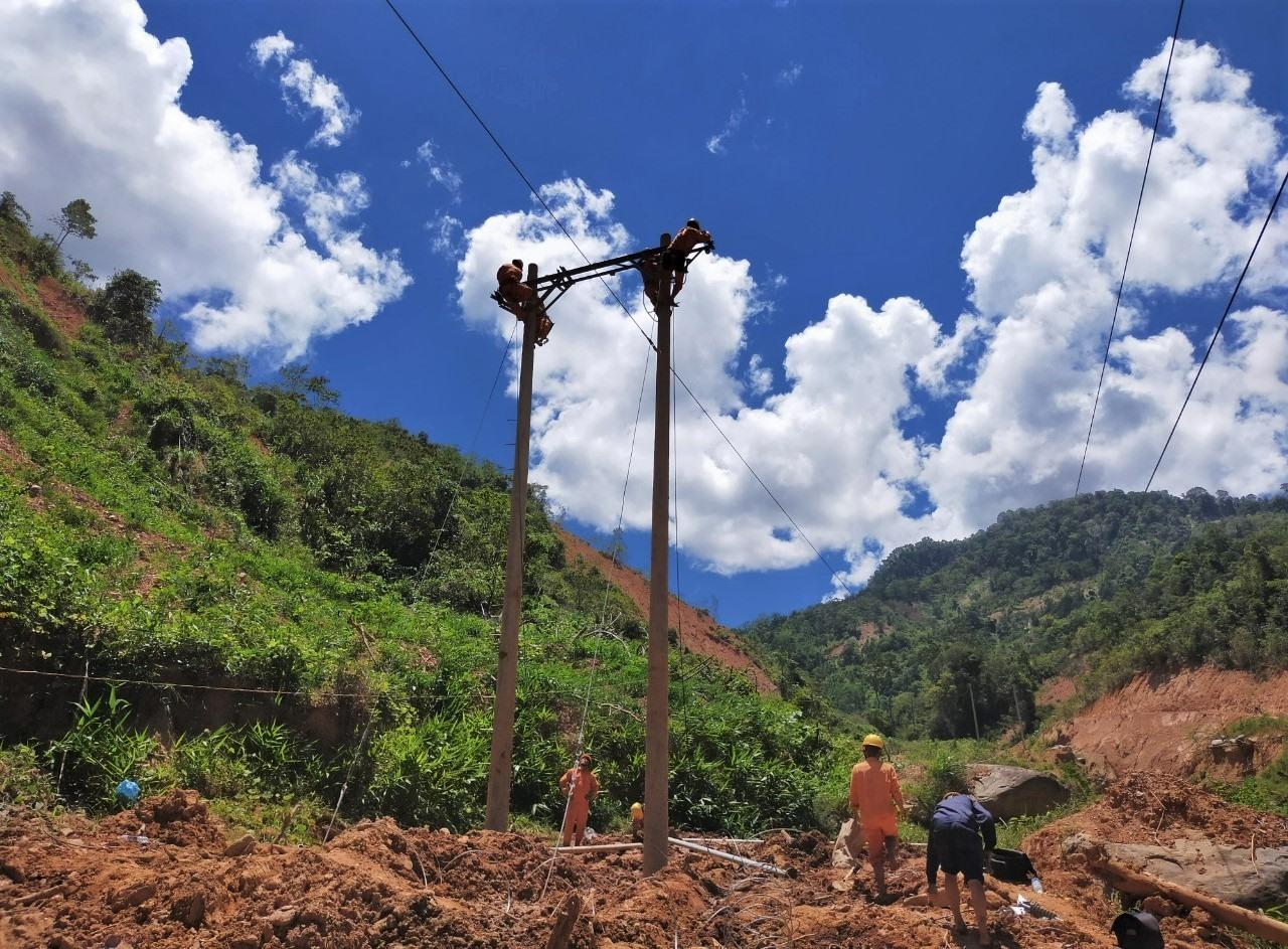 Công tác khắc phục điện sau mưa lũ được triển khai nhanh, đảm bảo ổn định nguồn đienẹ phục vụ người dân miền núi. Ảnh: Đ.N