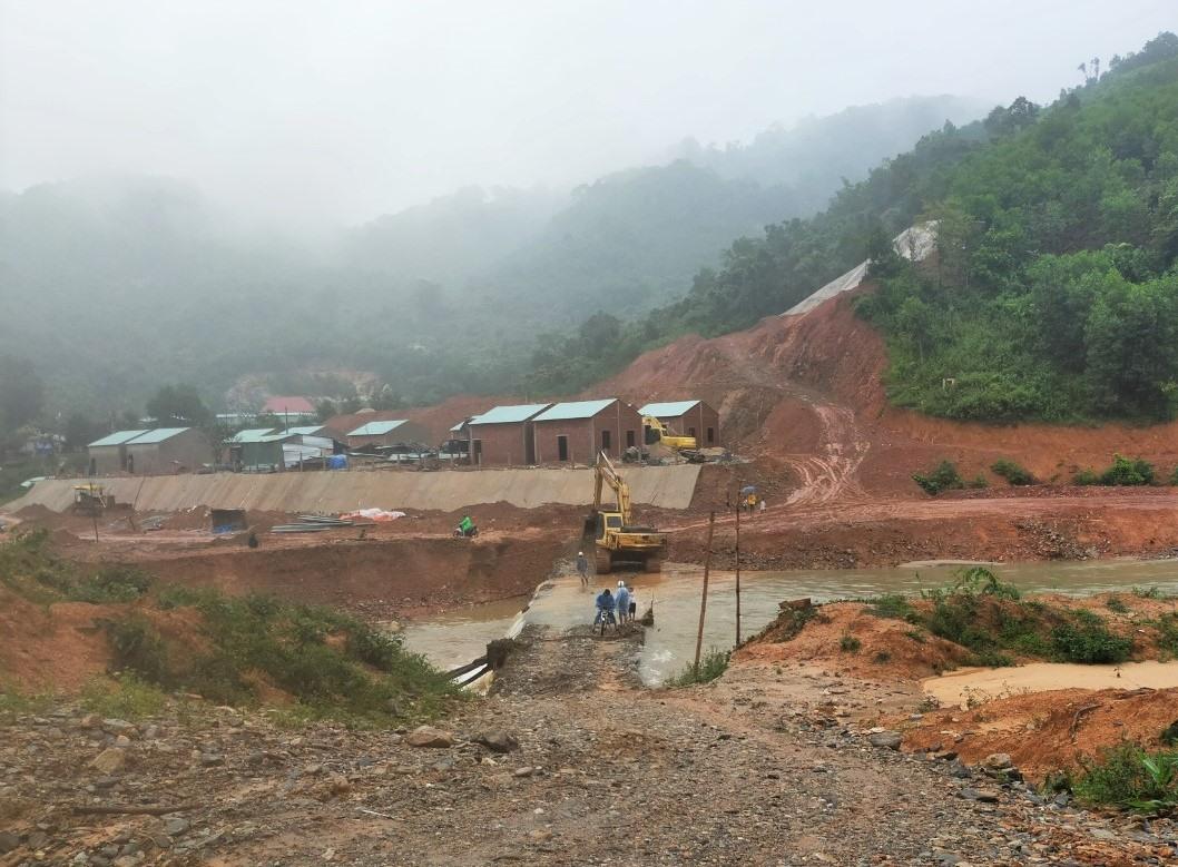 Công tác khắc phục được ưu tiên cho các điểm tái định cư, giúp người dân ổn định trước mùa mưa sắp đến. Ảnh: Đ.N