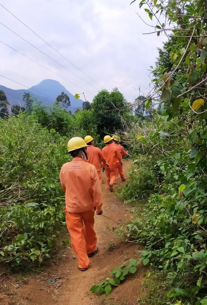 Sau mưa lũ, các công nhân điện lực phân công nhau đến từng địa bàn thôn, xã để kiểm tra, khắc phục. Ảnh: Đ.N