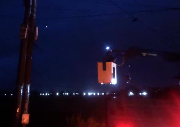 Điện lực Núi Thành khẩn trương khắc phục sự cố trong đêm. Ảnh: Điện lực Núi Thành