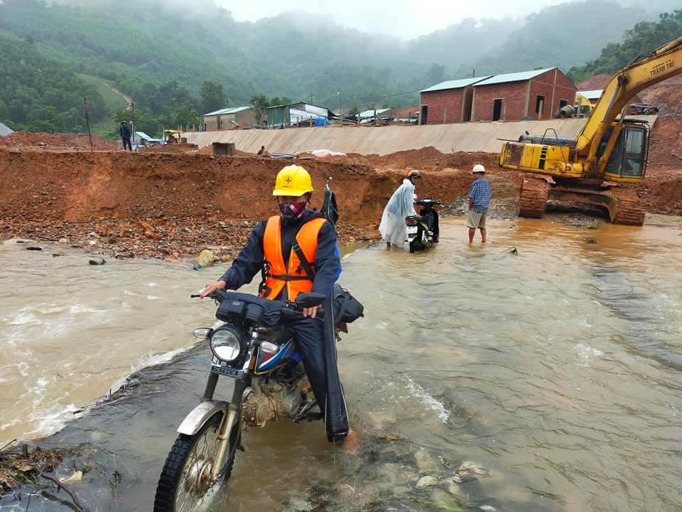 Công nhân Điện lực Hiệp Đức triển khai khắc phục sự cố tại xã vùng cao Phước Kim (Phước Sơn) khu vực bị cô lập. Ảnh: ĐLHĐ