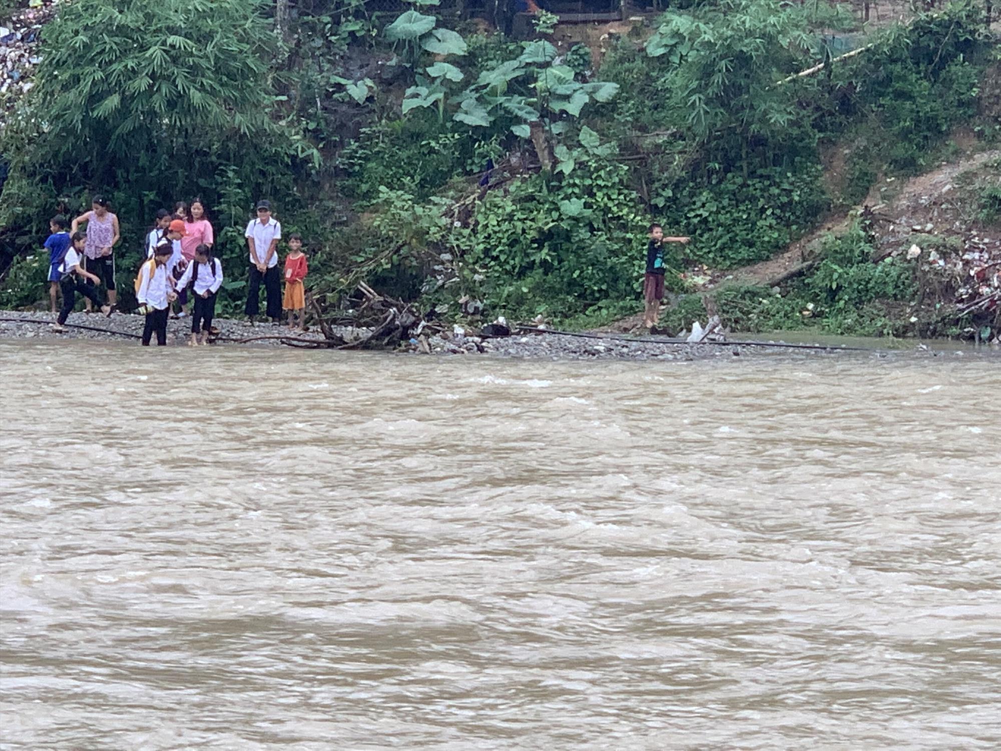 Các em học sinh phải quay về làng vì nước Sông Bui còn quá lớn.