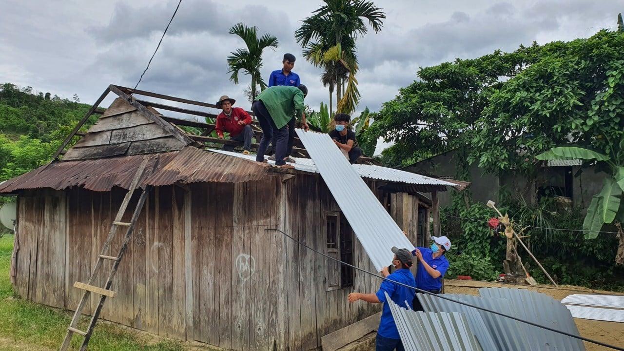 ĐVTN sửa chữa nhà ở cho các hộ thanh niên khó khăn trước khi vào mùa mưa. Ảnh: THÁI CƯỜNG
