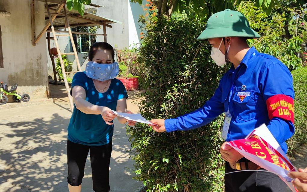 ĐVTN xã Đại Hồng (huyện Đại Lộc) tham gia chống dịch trong Chiến dịch TNTN hè 2021. Ảnh: THÁI CƯỜNG