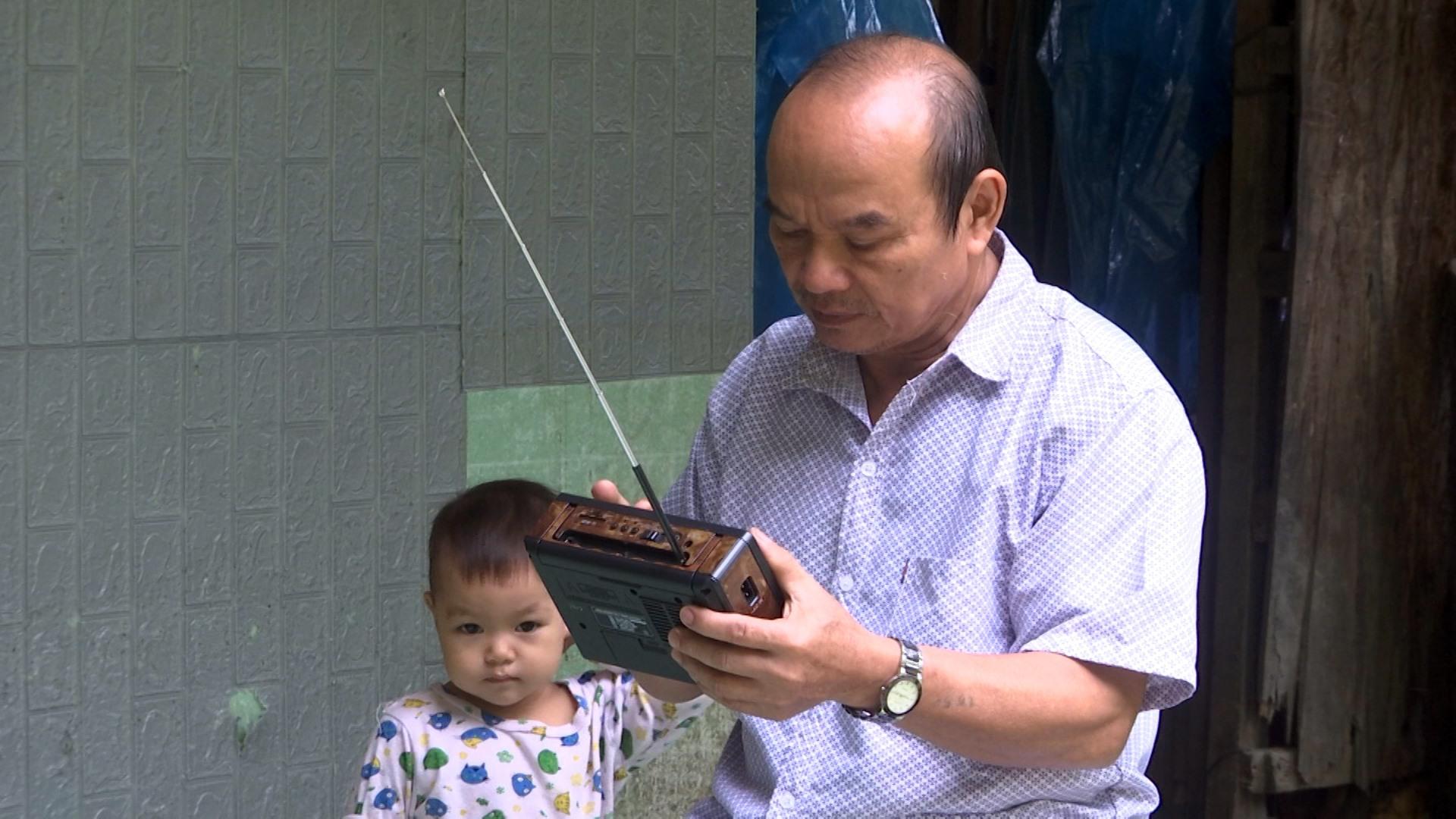Radio và loa phát thanh là phương tiện thông tin không thể thiếu của đồng bào vùng cao Trà My. Ảnh: T.T