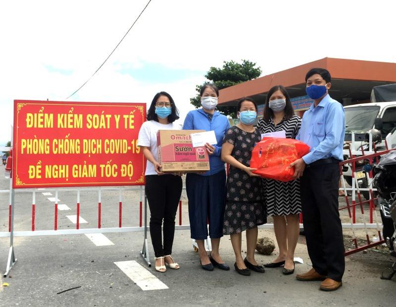 Công đoàn PC Quảng Nam đến thăm hỏi, động viên một số chị em nữ xa nhà tại Điện lực Điện Bàn. Ảnh: P.V