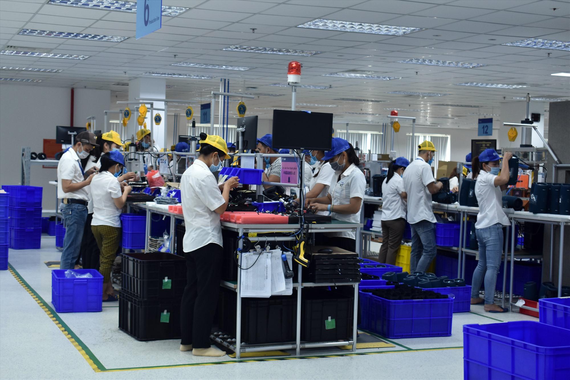 Doanh nghiệp trong Khu công nghiệp Điện Nam - Điện Ngọc hiện vẫn hoạt động bình thường. Ảnh: V.LỘC