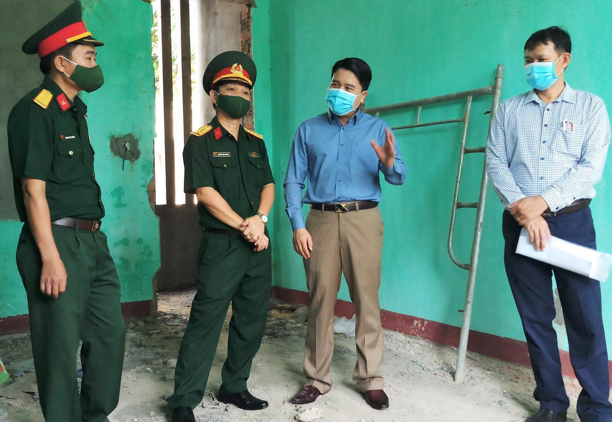 Phó Chủ tịch UBND tỉnh Trần Văn Tân kiểm tra tại các khu cách ly tập trung của tỉnh. Ảnh: ALĂNG NGƯỚC