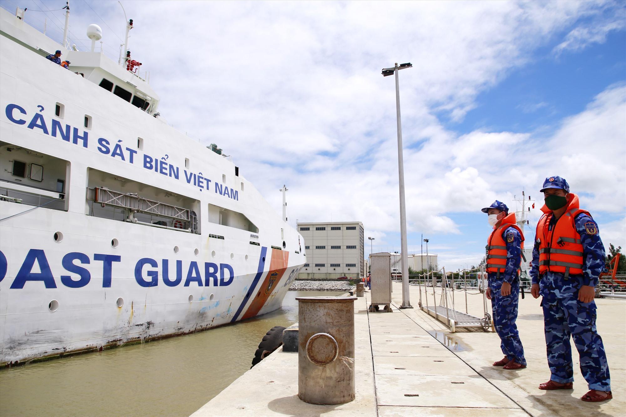 Tàu Cảnh sát biển 8002 cập cảng Tam Quang, đưa 5 ngư dân và 13 thuyền viên 2 tàu gặp nạn về bờ an toàn. Ảnh: T.C
