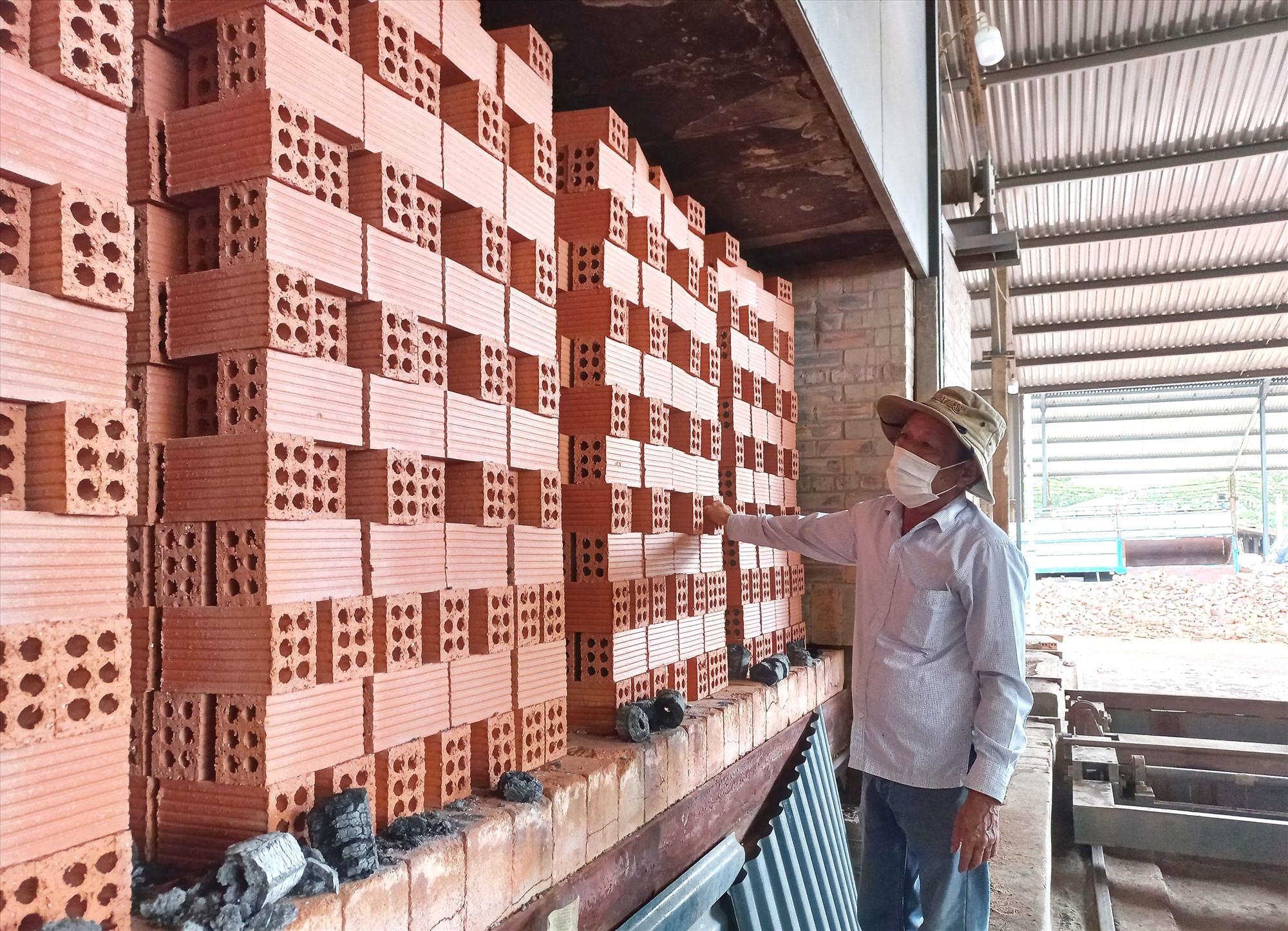 Sản phẩm gạch được sản xuất trên dây chuyền hiện đại mà HTX đã đầu tư. Ảnh: K.K