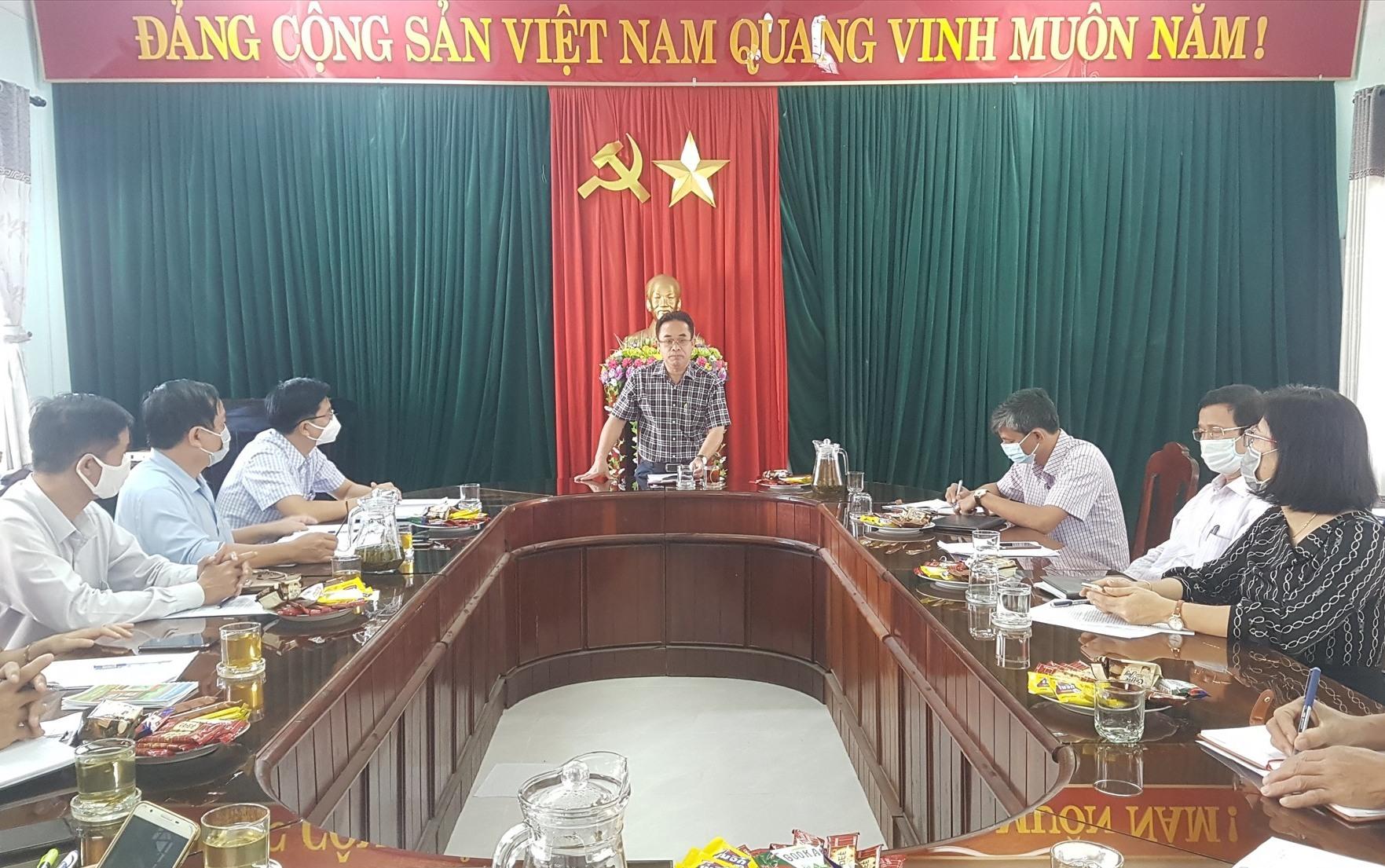 Phó Chủ tịch UBND tỉnh Trần Anh Tuấn làm việc với Trung tâm Dịch vụ việc làm tỉnh sáng nay. Ảnh: D.L