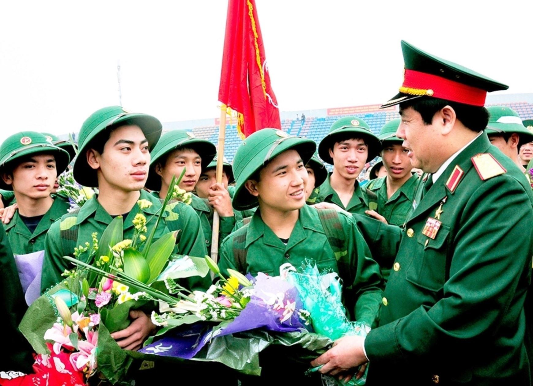 Đại tướng Phùng Quang Thanh động viên chiến sĩ mới lên đường nhập ngũ tại huyện Đan Phượng, Hà Nội vào ngày 25/3/2013. Ảnh: Minh Trường