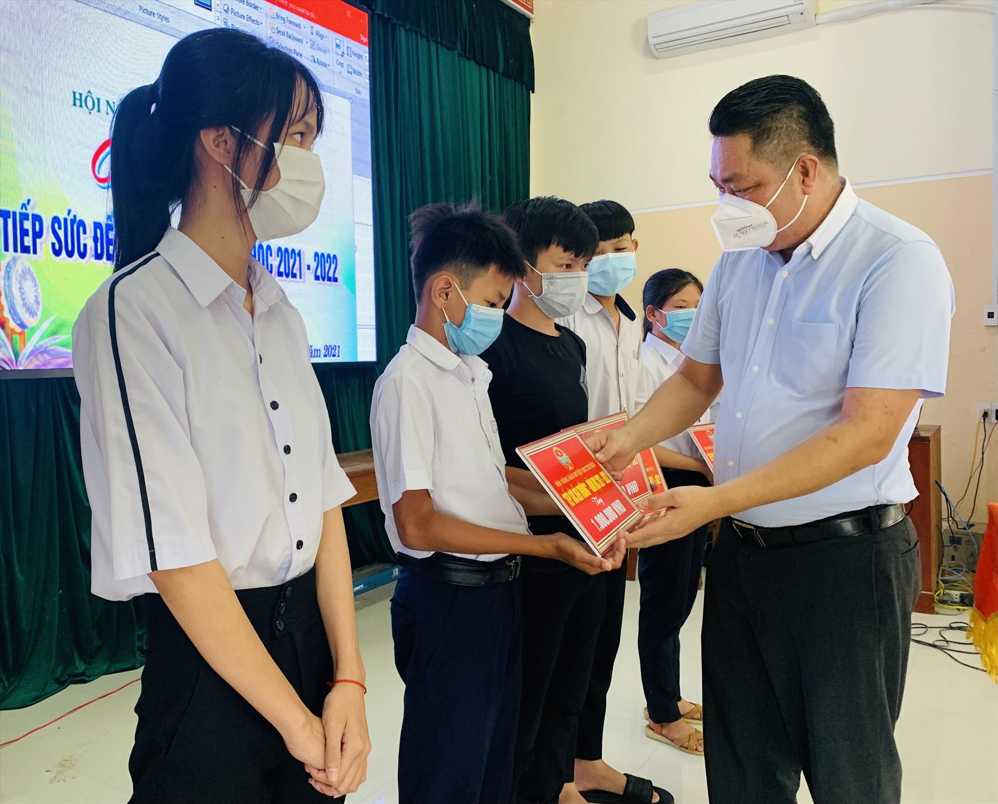 """Hội Nông dân huyện Duy Xuyên vừa trao tặng 30 suất học bổng """"Tiếp sức đến trường"""" cho học sinh có hoàn cảnh khó khăn. Ảnh: T.P"""