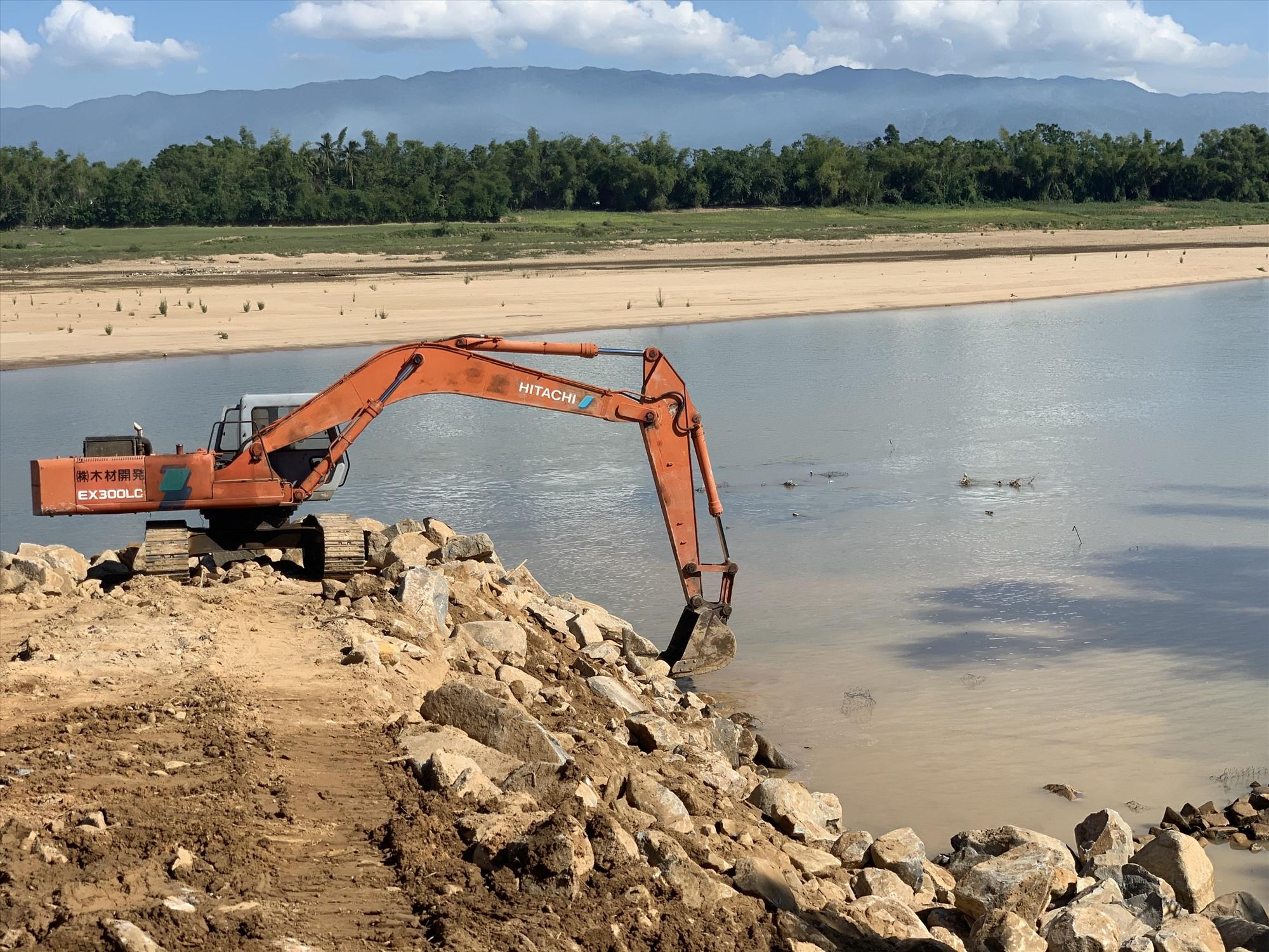 Nhà thầu tập trung đẩy nhanh tiến độ thi công để sớm xây dựng hoàn thành tuyến kè ven sông Thu Bồn thuộc xã Duy Thu (Duy Xuyên). Ảnh: N.T