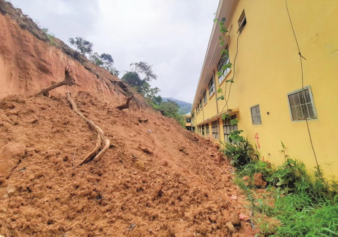 Nạn lở đất đang đe doạ nhiều điểm trường học vùng cao Phước Sơn. Ảnh: ĐĂNG NGUYÊN