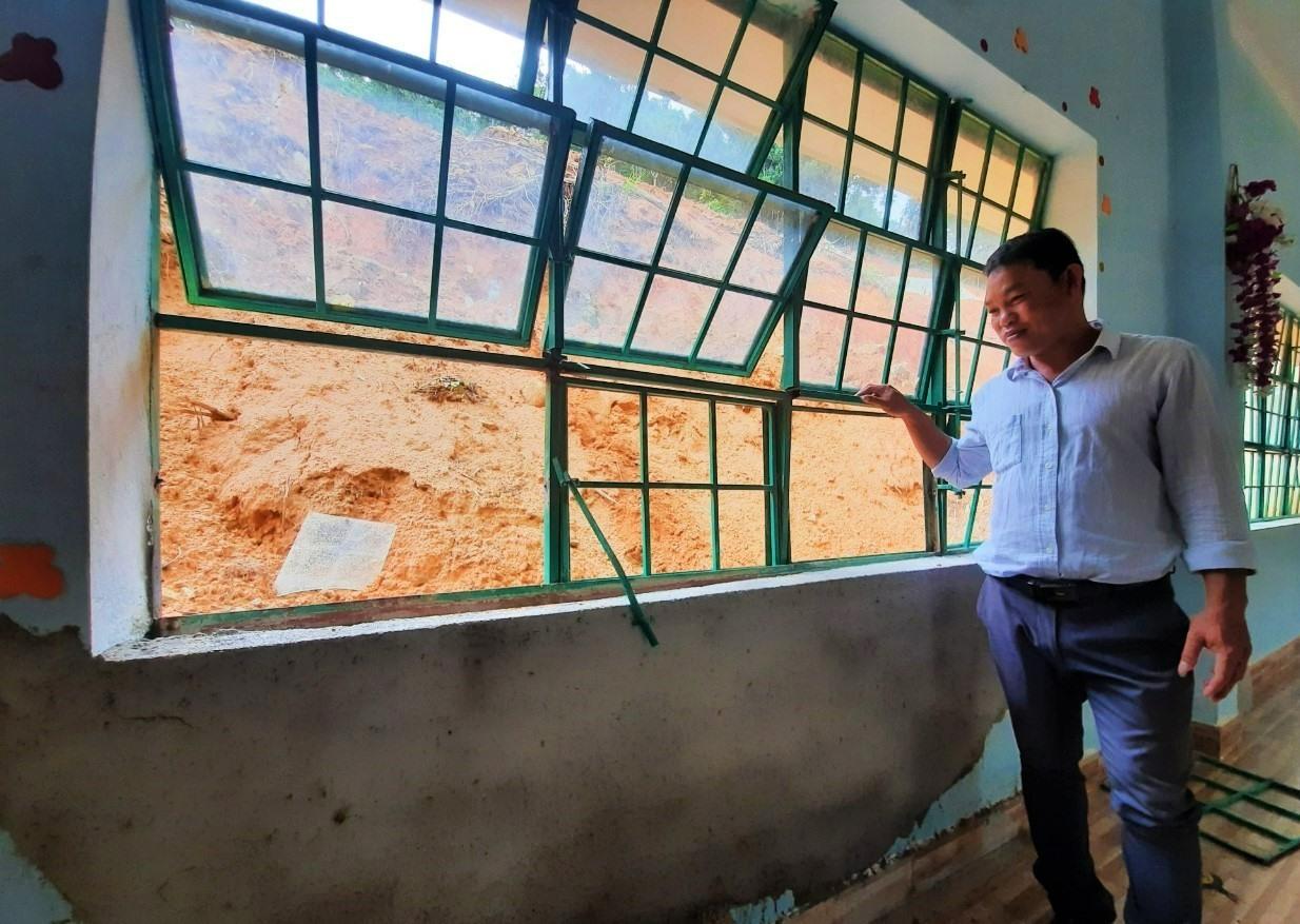 Một phòng học tại Trường PTDTBT Tiểu học và THCS Phước Thành bị tảng đá rơi trúng gây hư hỏng vừa được sửa chữa. Ảnh: ĐĂNG NGUYÊN