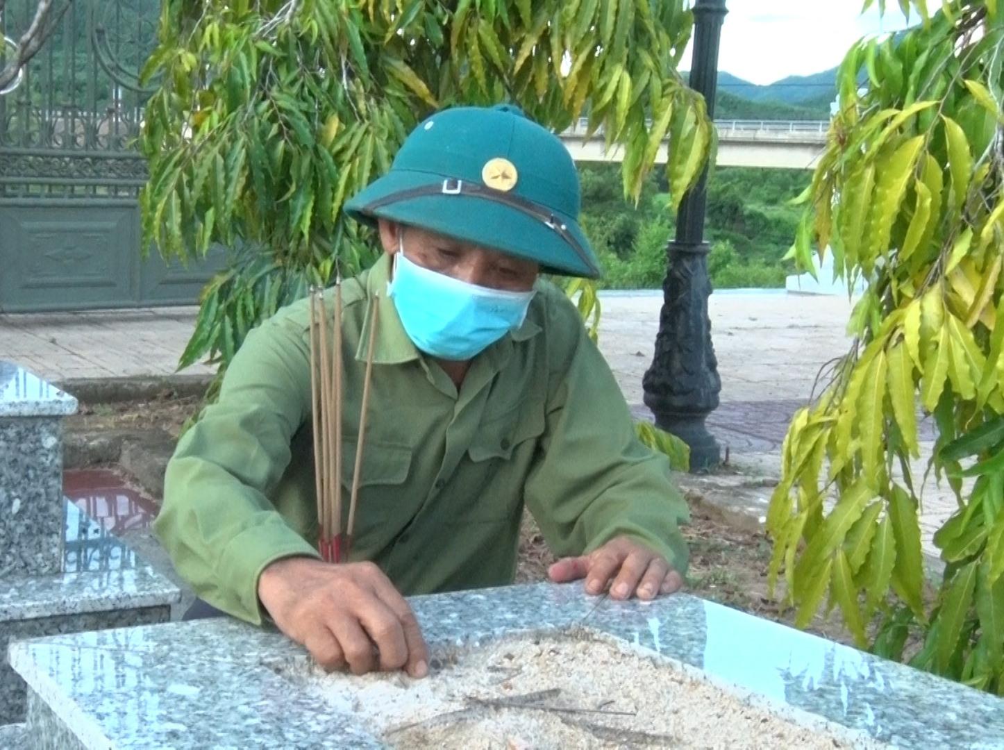 Cả chục năm qua, ông Nguyễn Duy Sơn (Sanh) thầm lặng chăm sóc mộ phần đồng đội. Ảnh: L.P