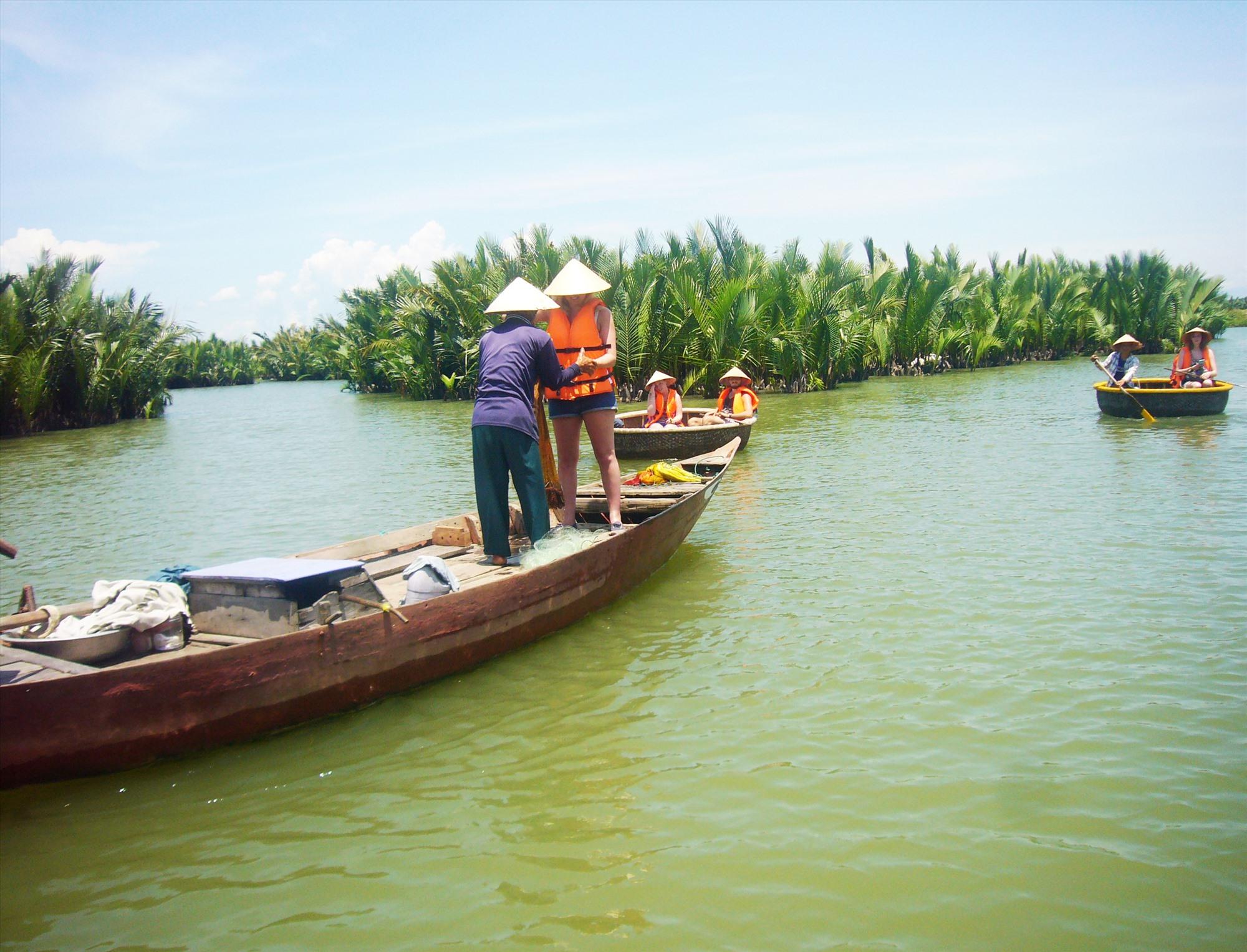 Rừng dừa nước Cẩm Thanh là điểm du lịch trải nghiệm đời sống cư dân vùng sông nước. Ảnh: Đ.H