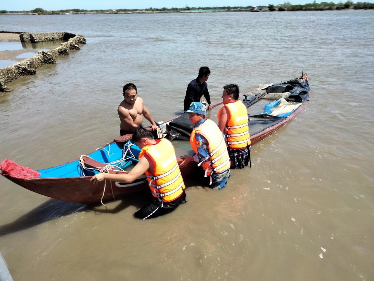 Bộ đội Biện phòng cứu hộ ghe bị chìm.