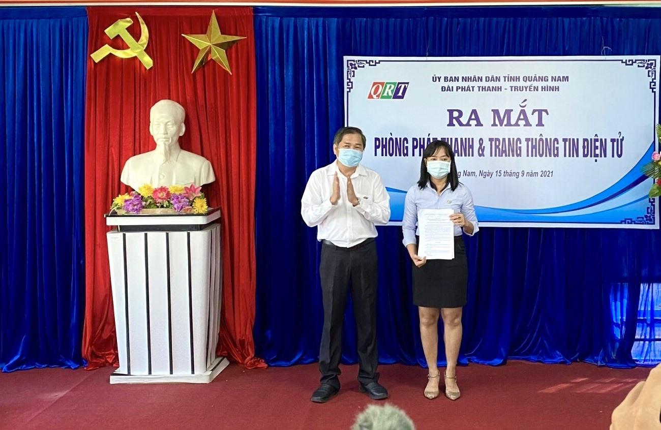 Ông Mai Văn Tư - Giám đốc Đài PT&TH Quảng Nam trao quyết định thành lập Phòng Phát thanh và Trang Thông tin điện tử trực thuộc Đài QRT. Ảnh: X.H
