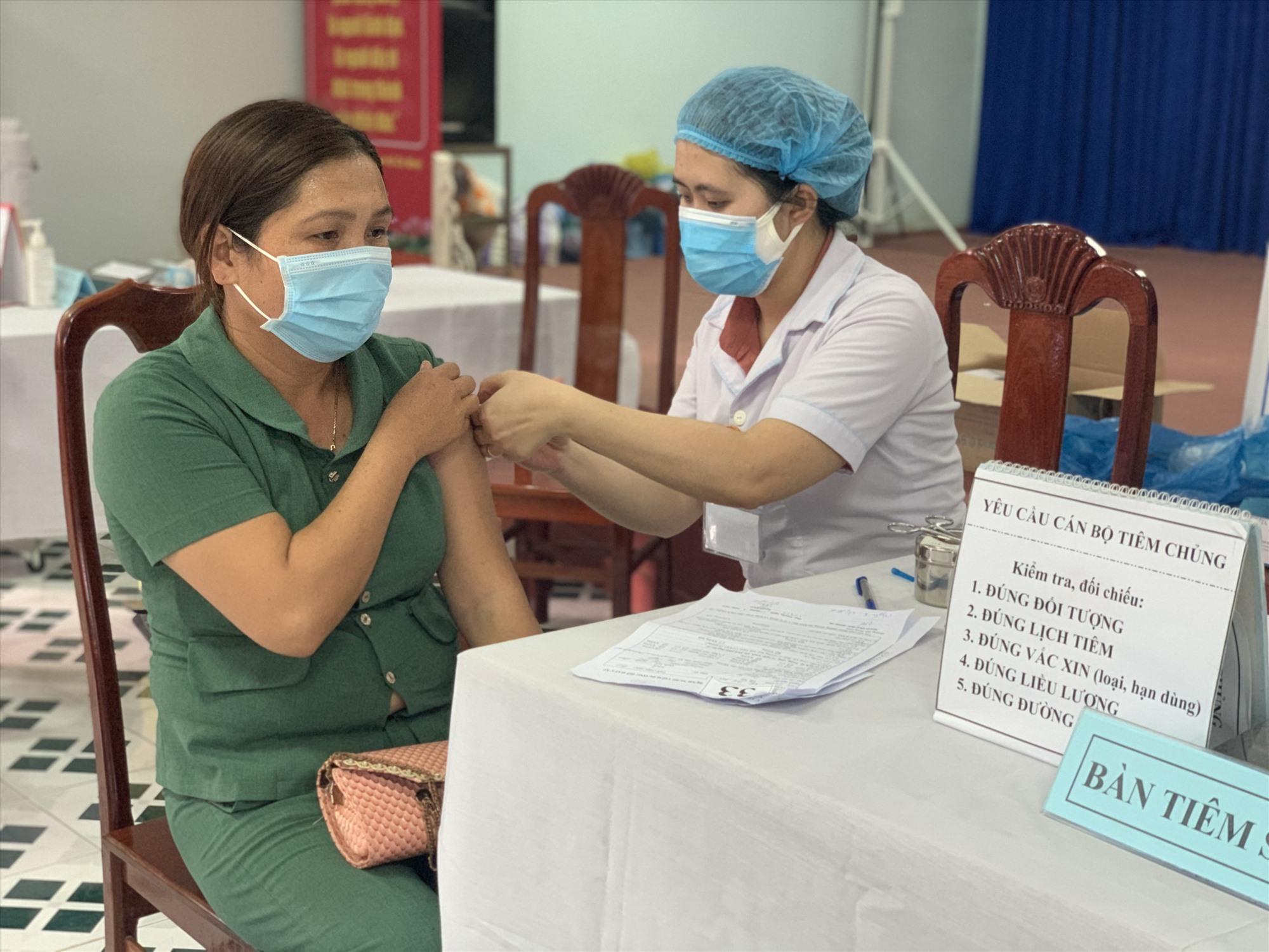 Thời gian gần đây, ngành y tế Duy Xuyên đẩy nhanh tiến độ tiêm vắc xin phòng ngừa Covid-19.   Ảnh: T.S