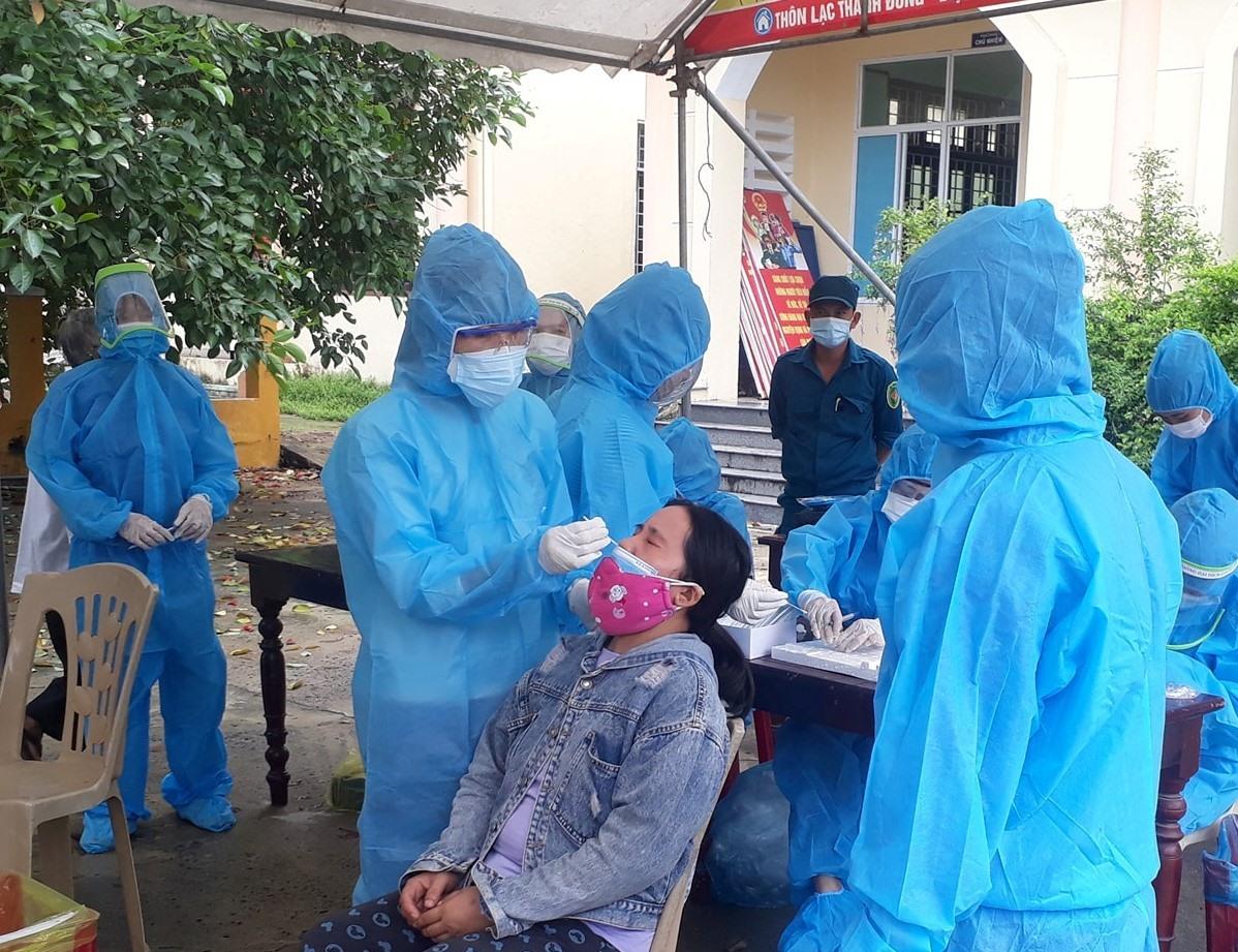 Tăng cường xét nghiệm Covid-19 để hạn chế nguy cơ dịch lây lan, bùng phát. Ảnh: P.V