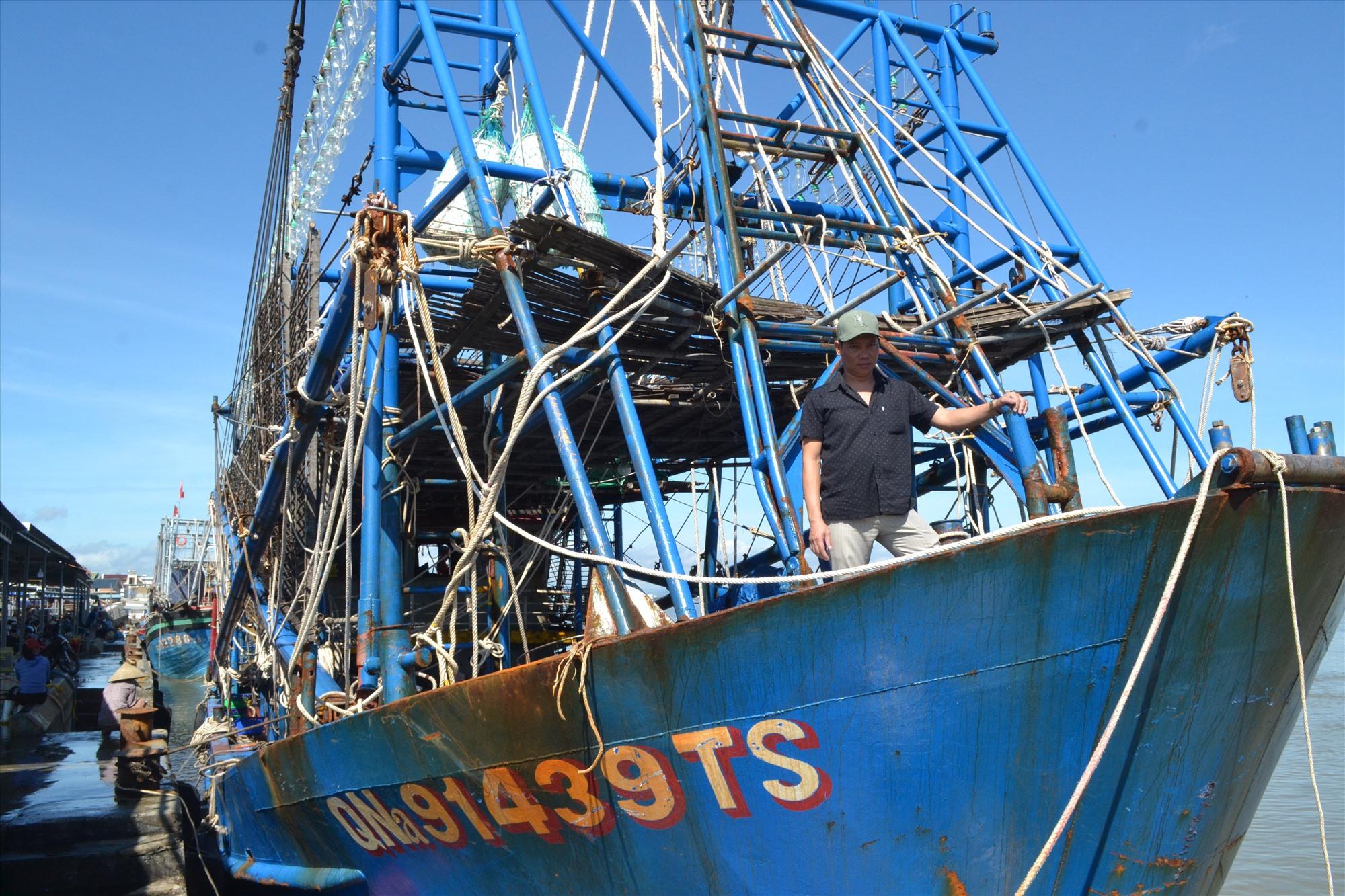 Tàu vỏ thép của ngư dân Nguyễn Văn Nghị vừa cập bờ bán hải sản. Ảnh: VIỆT NGUYỄN