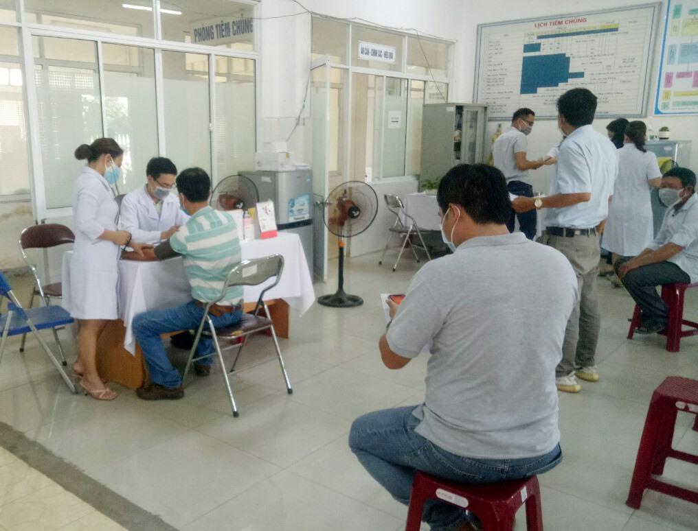 Tiêm vắc xin COVID-19 tại CDC Quảng Nam. Ảnh: HIỂN TRÍ