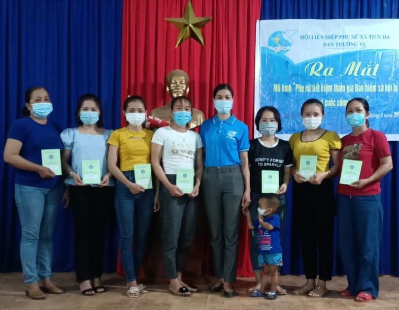 Hội viên phụ nữ thôn Tài Thành (xã Tiên Hà) tham gia vào mô hình tiết kiệm tham gia BHXH tự nguyện. Ảnh: D.L
