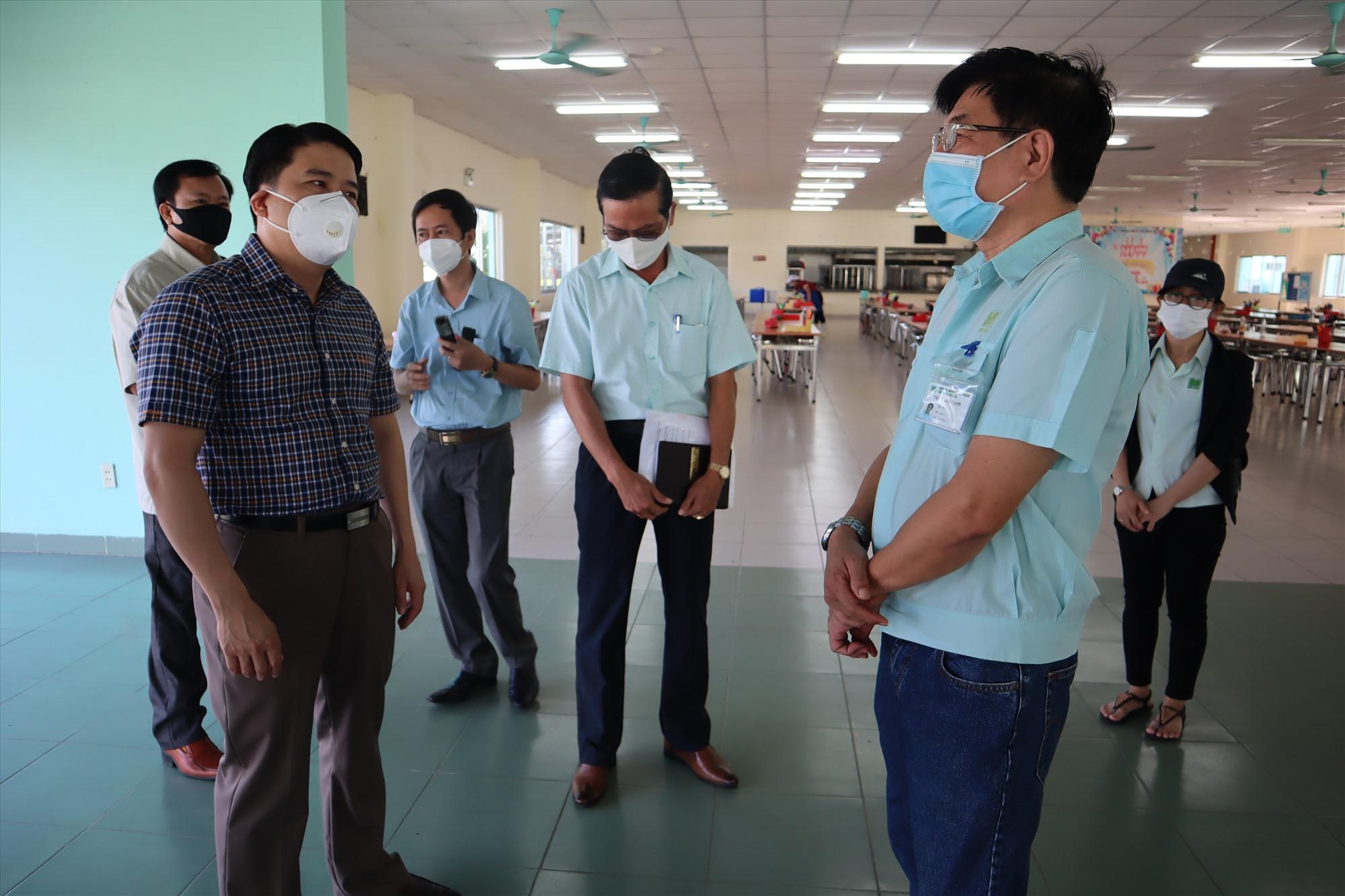 Phó Chủ tịch UBND tỉnh Trần Văn Tân kiểm tra tại công ty MIDORI Safety Footwear Việt Nam. Ảnh: Q.T