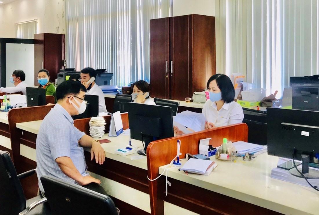 Nhiều nhân viên Bưu điện Quảng Nam đã thay cán bộ một số sở, ngành trong tiếp nhận và giải quyết TTHC. Ảnh: VINH ANH