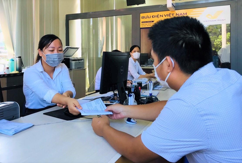 Ngoài tiếp nhận, trả kết quả, Bưu điện Quảng Nam còn bố trí nhân viên tại Trung tâm Hành chính công tỉnh để thu hộ phí, lệ phí giải quyết TTHC cho các sở, ngành. Ảnh: VINH ANH