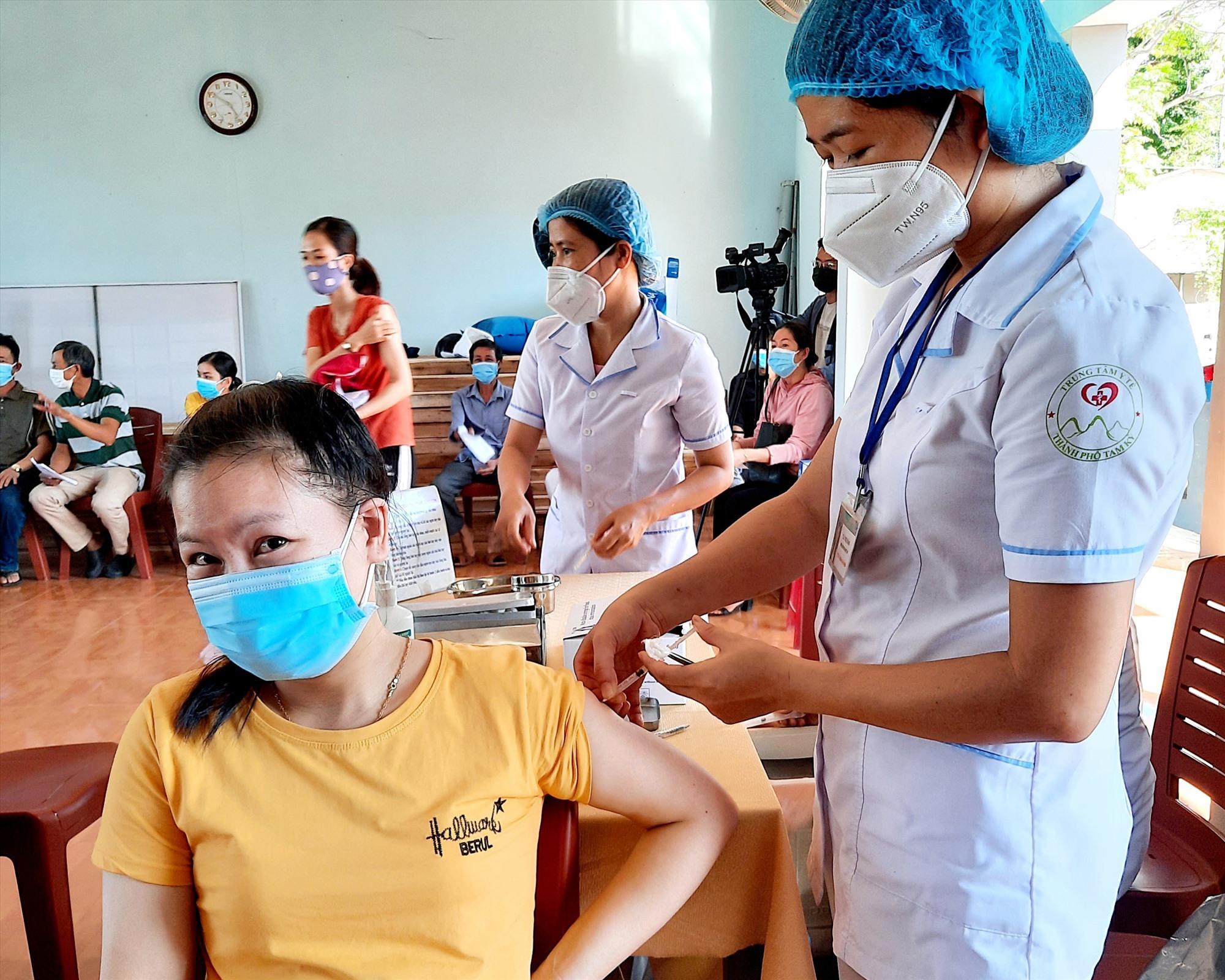 Các công nhân và shipper giao hàng được thực hiện khám sàng lọc và tiêm vắc xin mũi 1.