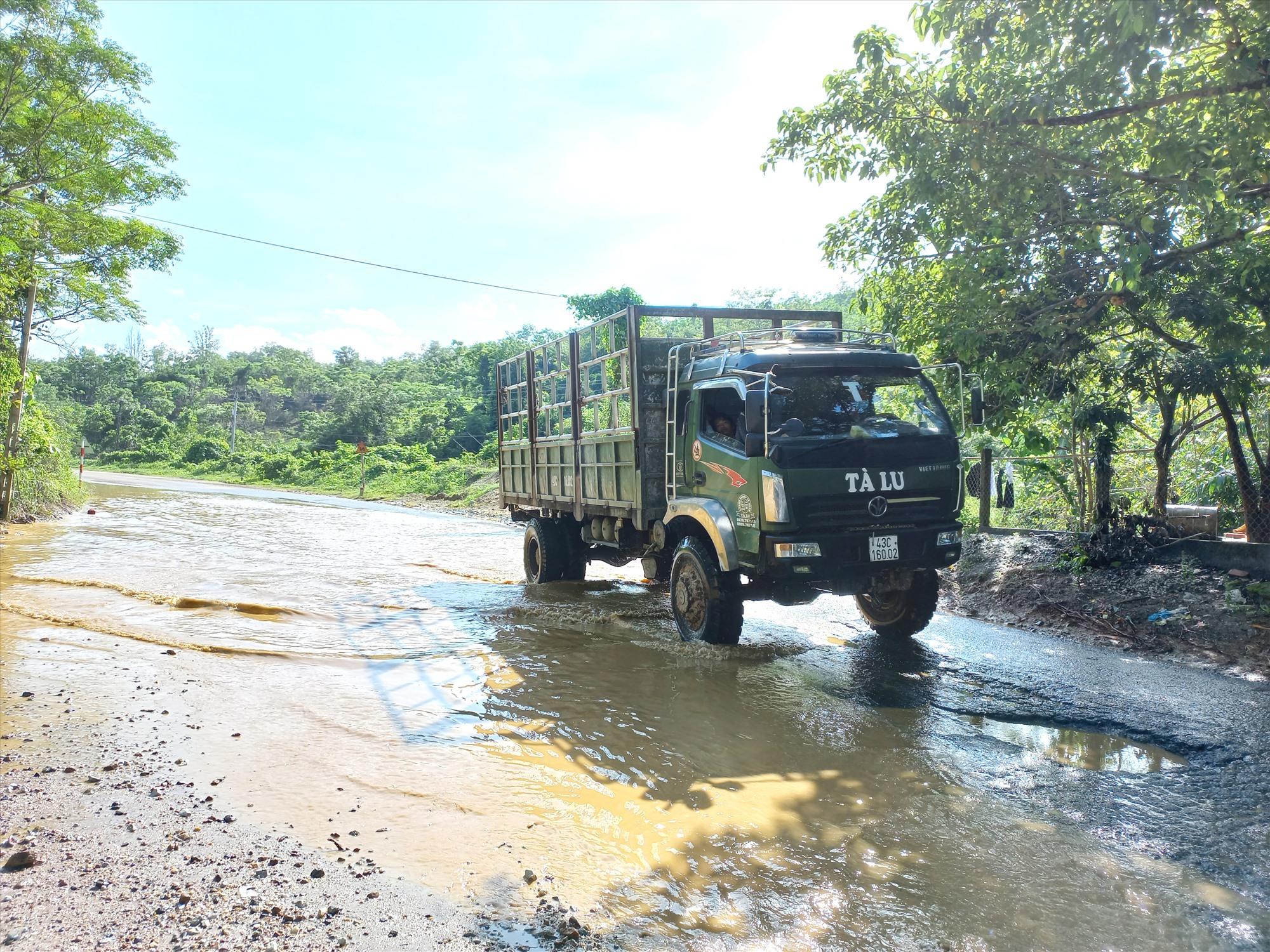 Nước mưa đọng gây hư hỏng mặt đường quốc lộ 14B, đoạn qua thôn Hoa, thị trấn Thạnh Mỹ (Nam Giang). Ảnh: C.T