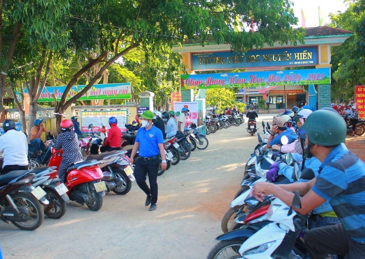 """Mô hình """"Cổng trường an toàn giao thông"""" tại Trường Tiểu học Nguyễn Hiền (Núi Thành). Ảnh: K.K"""