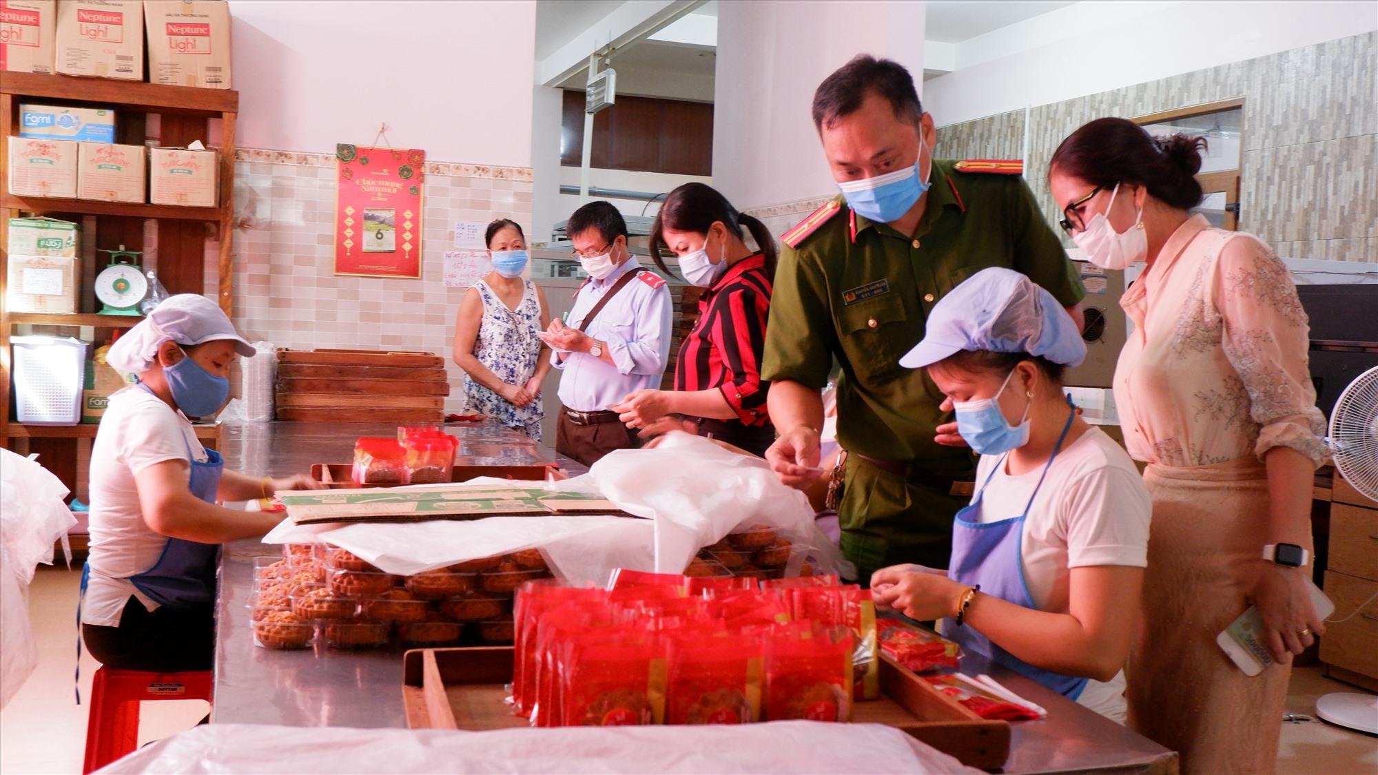 Đoàn kiểm tra liên ngành tỉnh kiểm tra tại cơ sở bánh Thái Bình (Trường Xuân,TP.Tam Kỳ). Ảnh: X.H