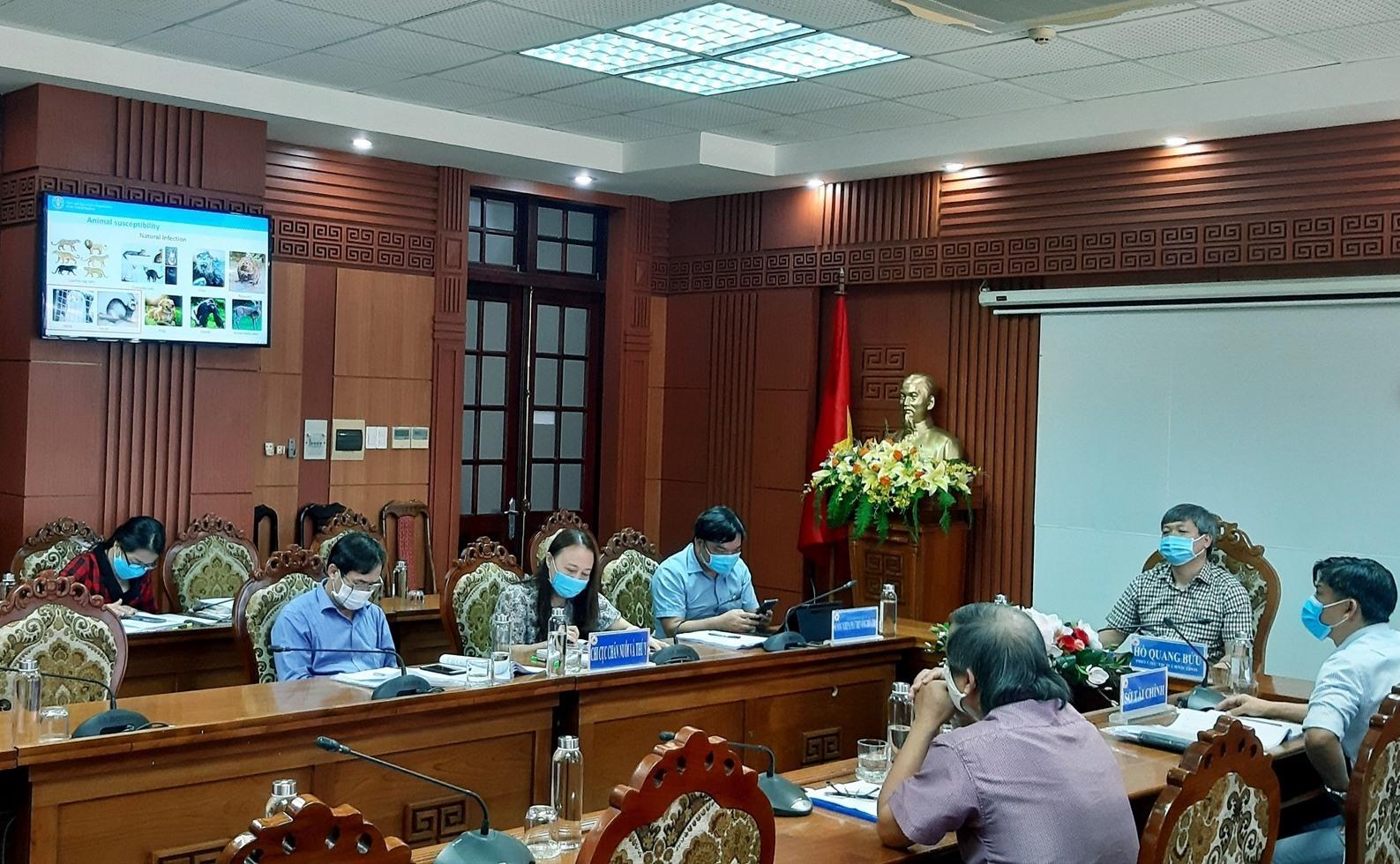 Phó Chủ tịch UBND tỉnh Hồ Quang Bửu cùng lãnh đạo một số ngành liên quan tham dự hội nghị tại điểm cầu Quảng Nam. Ảnh: N.S