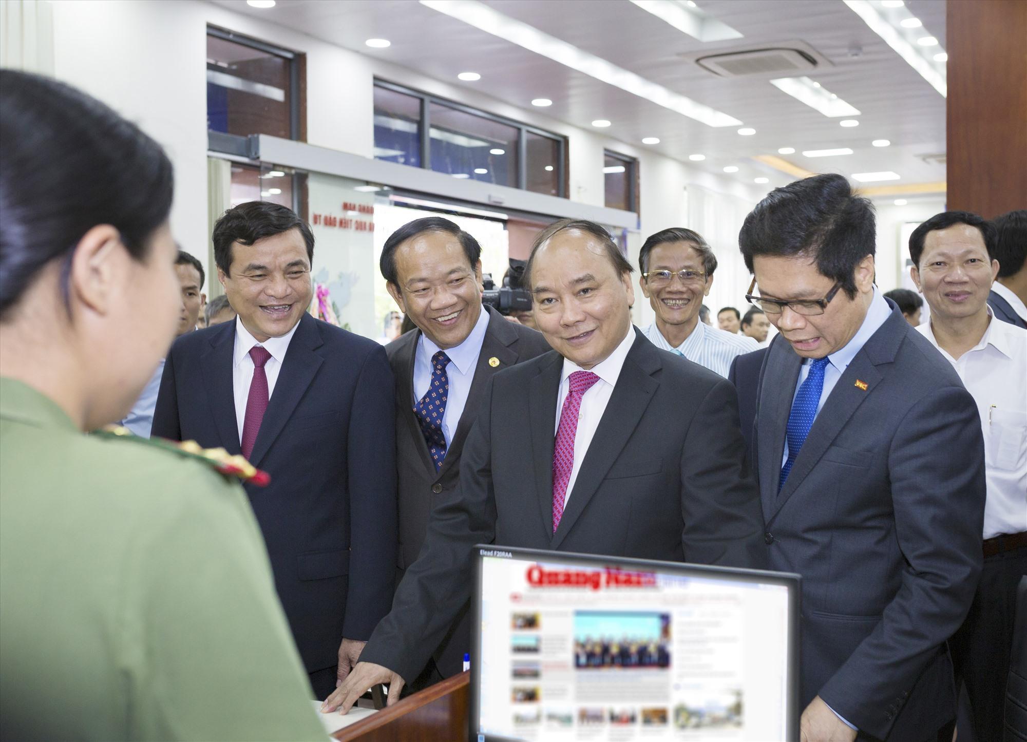 Thủ tướng Chính phủ Nguyễn Xuân Phúc (nay là Chủ tịch nước) về thăm Quảng Nam nhân dịp khai trương Trung tâm Hành chính và dự Hội nghị xúc tiến đầu tư năm 2017. Ảnh: N.Đ