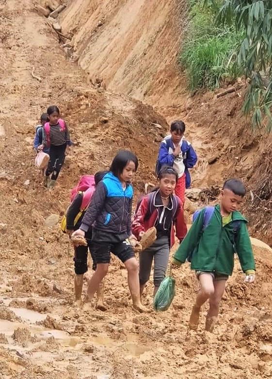 Học sinh vùng cao Tây Giang đến trường sau mưa lũ, băng qua tuyến đường sình lầy đất đá, đầy hiểm trở.