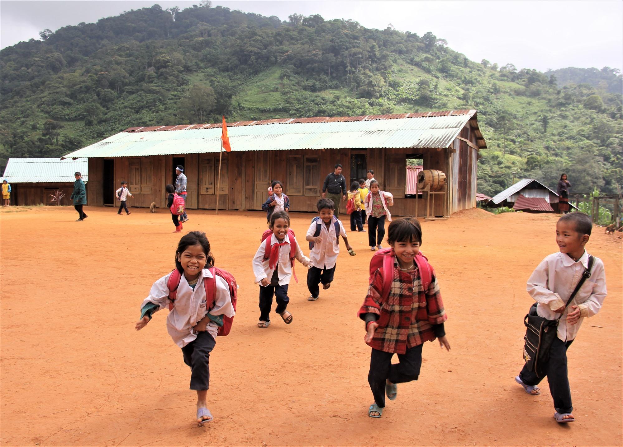 Những đứa trẻ ùa chạy về nhà sau kết thúc buổi học, dù phía trước, đường trở về đầy hiểm nguy.